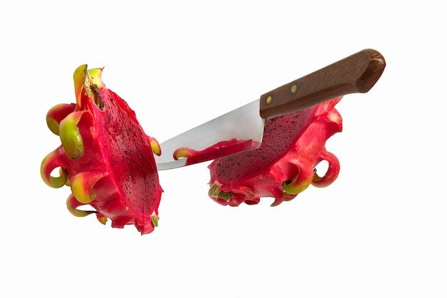 落下ナイフは、白で隔離パタヤの果実をカットしました。エキゾチックなトロピカルドラゴンフルーツ