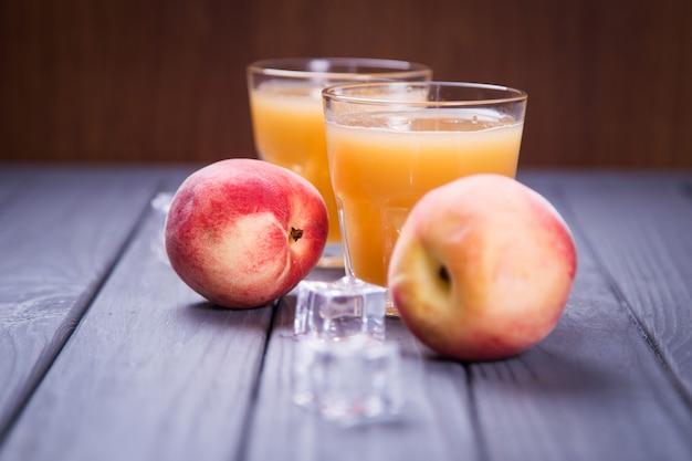 桃ジュースと新鮮な桃