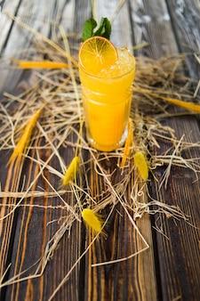 オレンジ色のアルコールカクテル