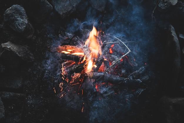 夕暮れの森のキャンプファイヤーのトップビュー