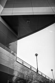 ファサードデザインのモダンな建物の白黒