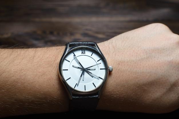 たくさんの手を持つ腕時計。