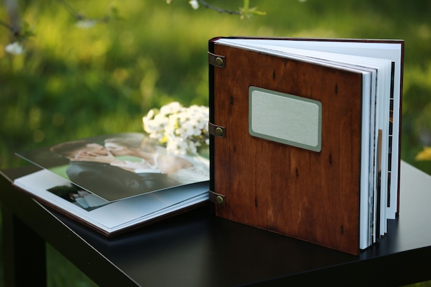 テーブルの上の木製の写真集。碑文の場所