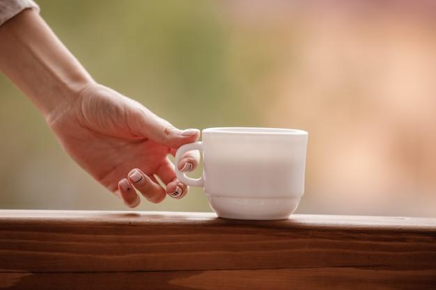 Молодая женщина в стильном пижаме любит пить кофе