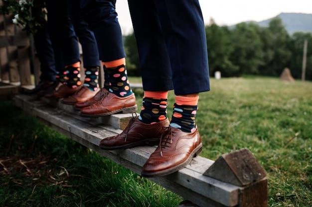 Стильные мужские носки. стильный чемодан, мужские ножки, разноцветные носки и новая обувь. концепция стиля, моды, красоты и отдыха
