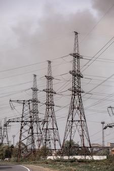 高電圧ポストまたは高電圧タワー。セレクティブフォーカス