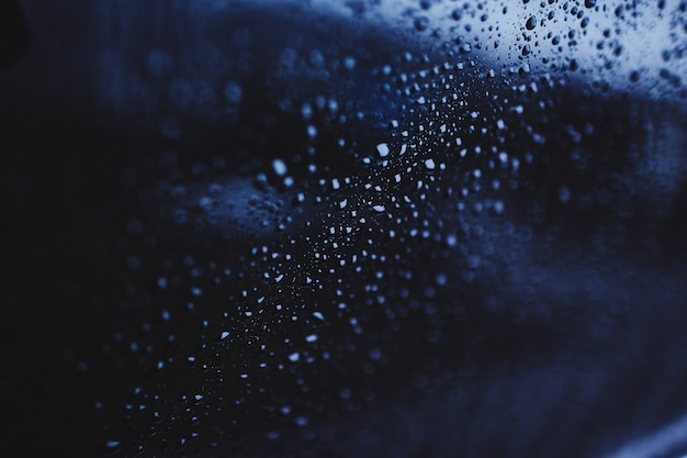 Капли воды на стекле
