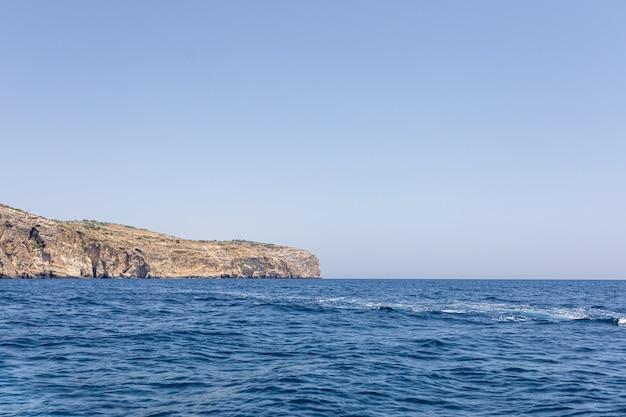 Фантастические виды скалистого побережья в солнечный день с голубым небом. живописная и великолепная сцена. мальта. европа. средиземное море. мир красоты.