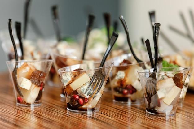 Питание. питание для вечеринок, корпоративных вечеринок, конференций, форумов, банкетов. разные виды дорогих сыров с малиной, маслинами. выборочный фокус