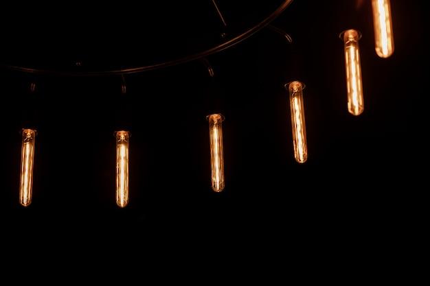 黒のレトロな電球とヴィンテージの光ランプ。ロフトと素朴なスタイルの家のインテリア。