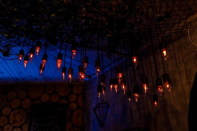Лофт и деревенский стиль дома интерьеров. красивые старинные роскошные лампочки висит декор светящийся в темноте.