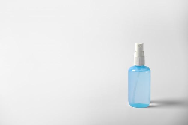 透明なポンプボトルに入った透明な手指消毒剤