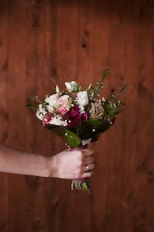 ピンクのバラのスタイリッシュなウェディングブーケ花嫁