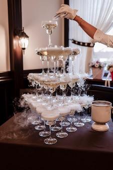 Очки с алкоголем. пирамида из бокалов для шампанского с жидким азотом