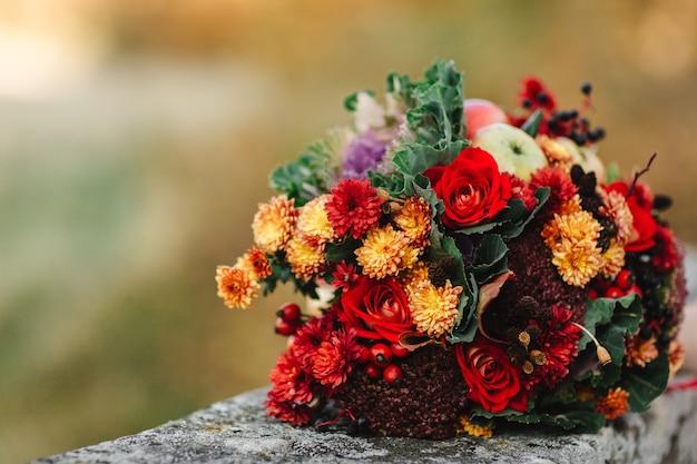 美しいウェディングブーケ。スタイリッシュなウェディングブーケ花嫁。結婚式の装飾