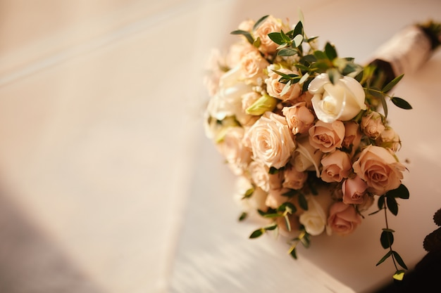スタイリッシュなウェディングブーケ花嫁。美しいウェディングブーケ