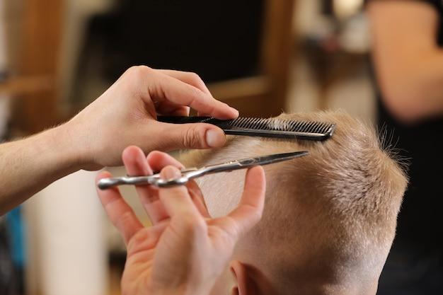 理髪店や美容院での男性のヘアスタイリング、ヘアカット。