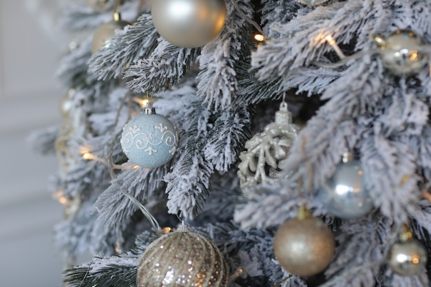 黄金のおもちゃで飾られたクリスマスツリー。