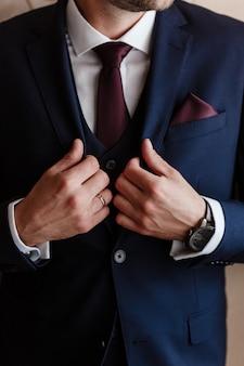 古典的なスーツの衣装とネクタイのファッション男。現代のビジネスマン