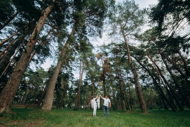 Семья, счастливая семья, отец и маленькая дочь гуляют в парке летом. выборочный фокус.
