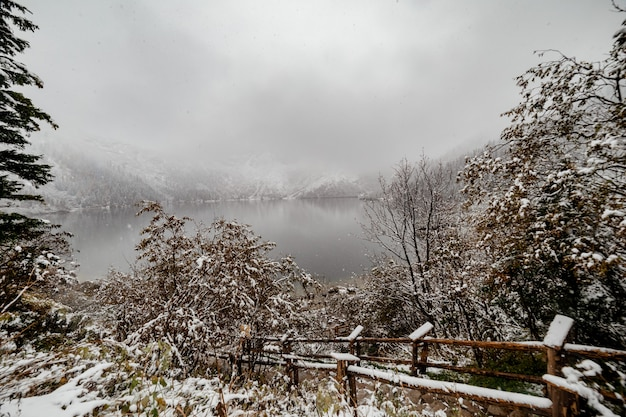 Горное озеро зимой. морске око. польша