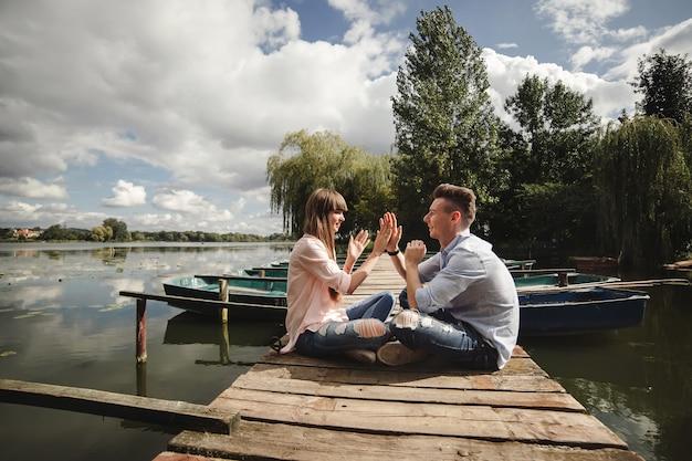 Сумасшедшая молодая пара, эмоционально весело на открытом воздухе.