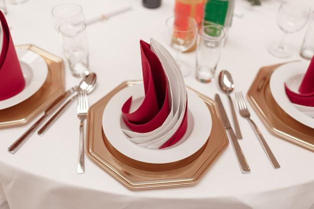 ゲストの準備ができて、結婚式の夕食のためのレストランのインテリア