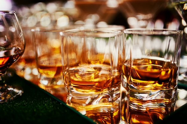 ウイスキーのグラスがたくさん