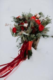美しいウェディングブーケ、ウェディングフローリストリー。スタイリッシュなウェディングブーケの花嫁。閉じる。側面図。結婚式の装飾。アートワーク。