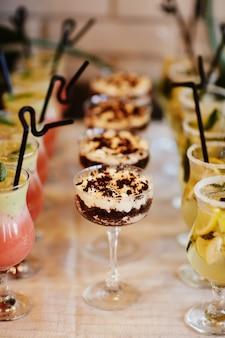 ガラスの伝統的なイタリアのデザートティラミス。休日の結婚式のデザート。
