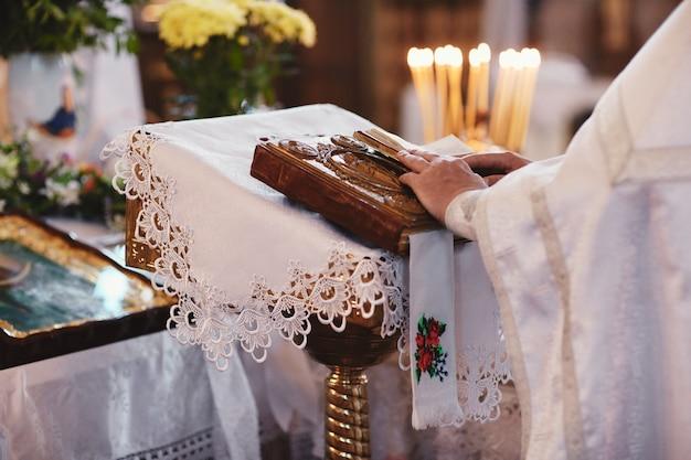 祭壇のテーブルの上の聖書。信仰と宗教。
