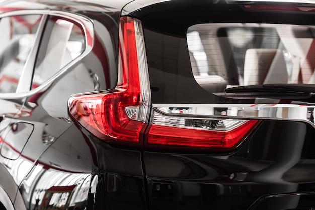 Задние фонари черного автомобиля. автомобильная фара. задняя часть машины