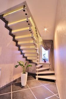 木で作られたモダンな階段。家の内部。