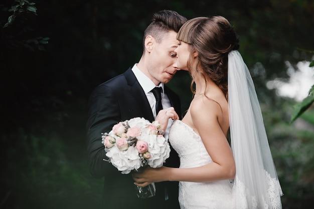 結婚されていたカップルの怒りとけんか。楽しくてクレイジーな花嫁。