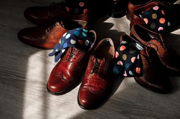スタイリッシュな男性用靴下、スタイリッシュなスーツケース、男性用の足、色とりどりの靴下、新しい靴。