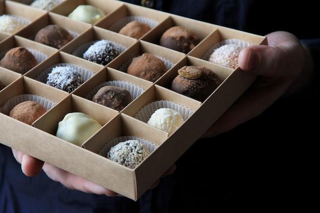 Коробка конфет в руках мужчины