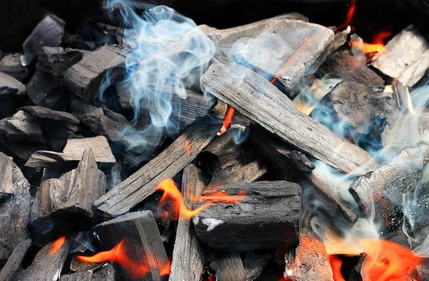 Сжигание дров в камине крупным планом