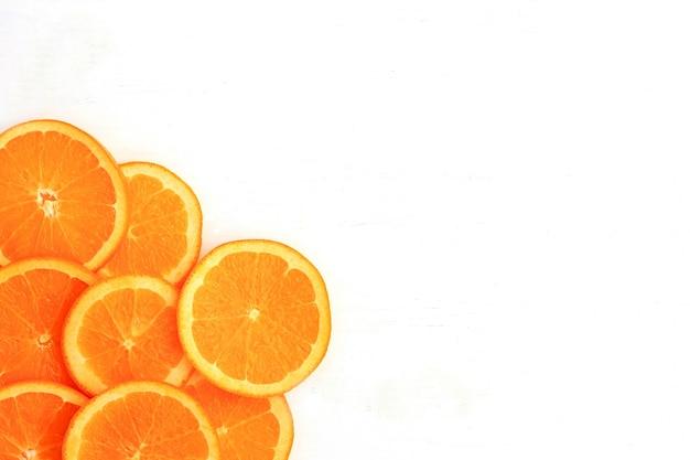 Ломтики апельсина на белом фоне. плоская планировка, вид сверху.