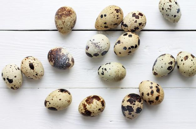 木の板にウズラの卵。イースター休暇の背景。