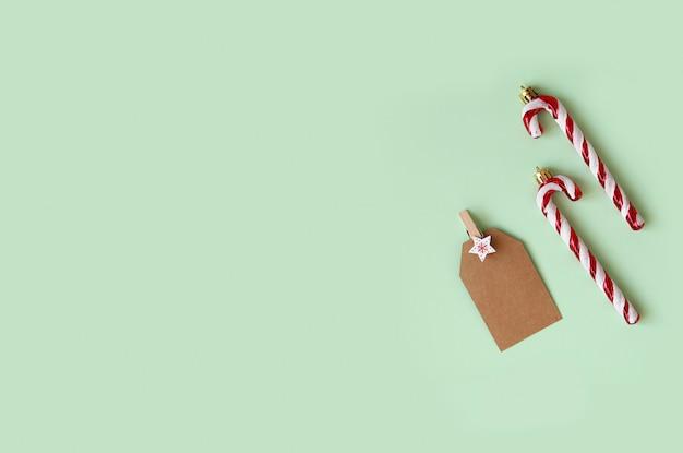 クリスマスコレクション、装飾、緑の背景に新年の装飾的な装飾品。