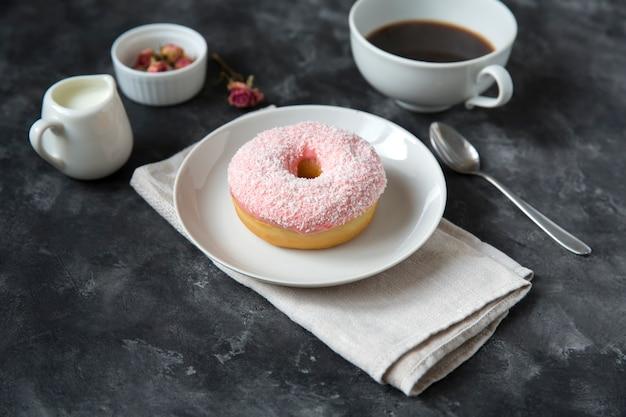 Пончик и чашка кофе, концепция завтрак. место для текста