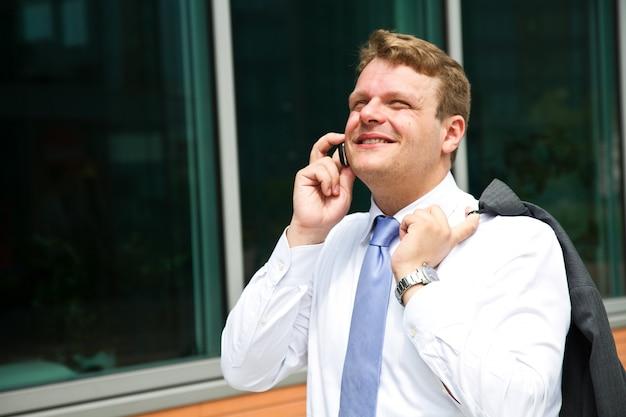 電話で話している青年実業家の肖像画