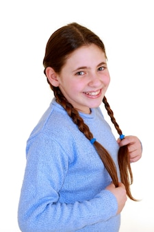 Маленькая девочка с боковыми косами.