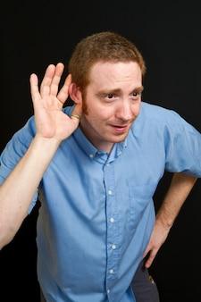 Человек пытается услышать