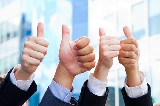 親指を立てるビジネス人々