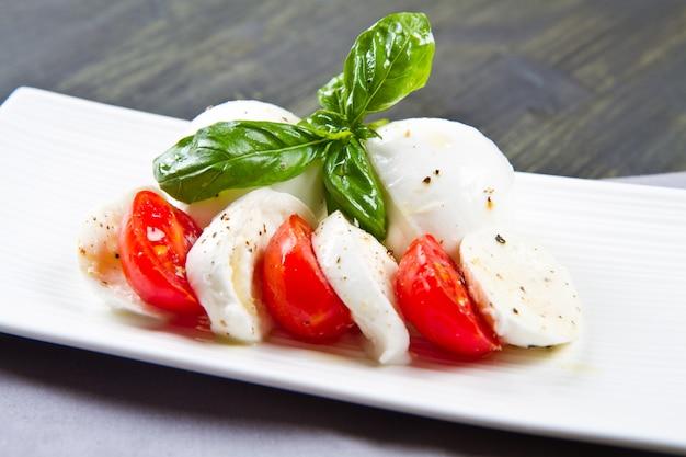 Капрезе с моцареллой и помидорами