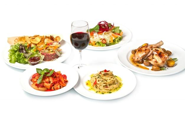 パスタ、スパゲッティ、チキン、サラダとの完全な食事