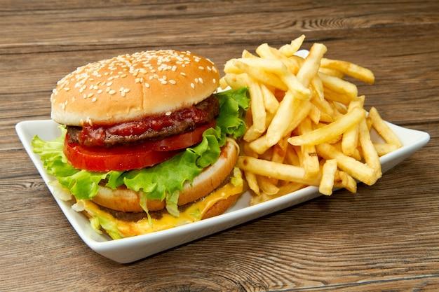 Гамбургер с картофелем