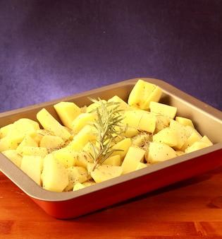 鍋に刻んだジャガイモを調理する準備ができて