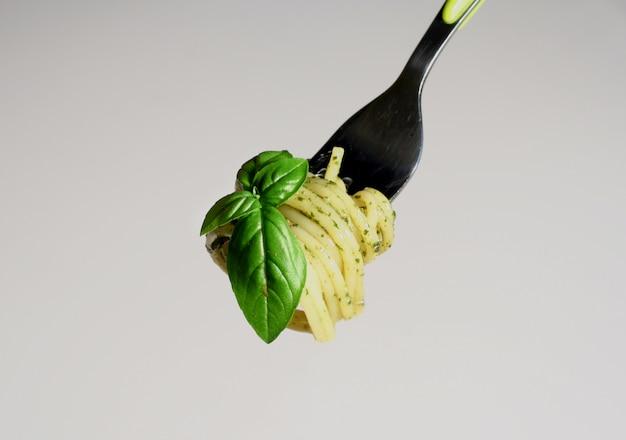ロールスパゲッティとペストソースのフォーク